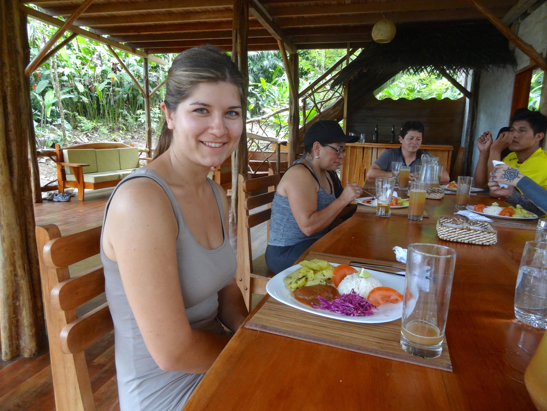 Volontaire à la cuisine pour le programme d'aide humanitaire en Amazonie en Équateur